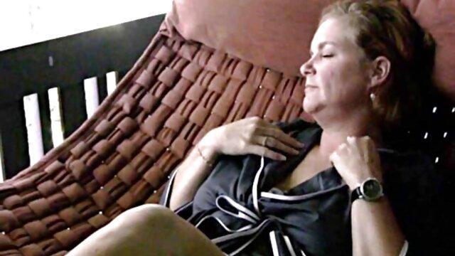 Casalinghe emotivamente cuori sul video anale casalingo tavolo della cucina